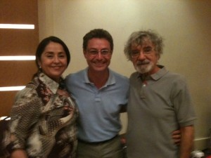 Eu entre Ximena Davila e Humberto Maturana, criadores da Biologia-Cultural